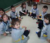 Los alumnos de la clase de 5 años aprenden juegos populares