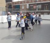 Los alumnos del aula de 5 años aprenden a jugar a Béisbol