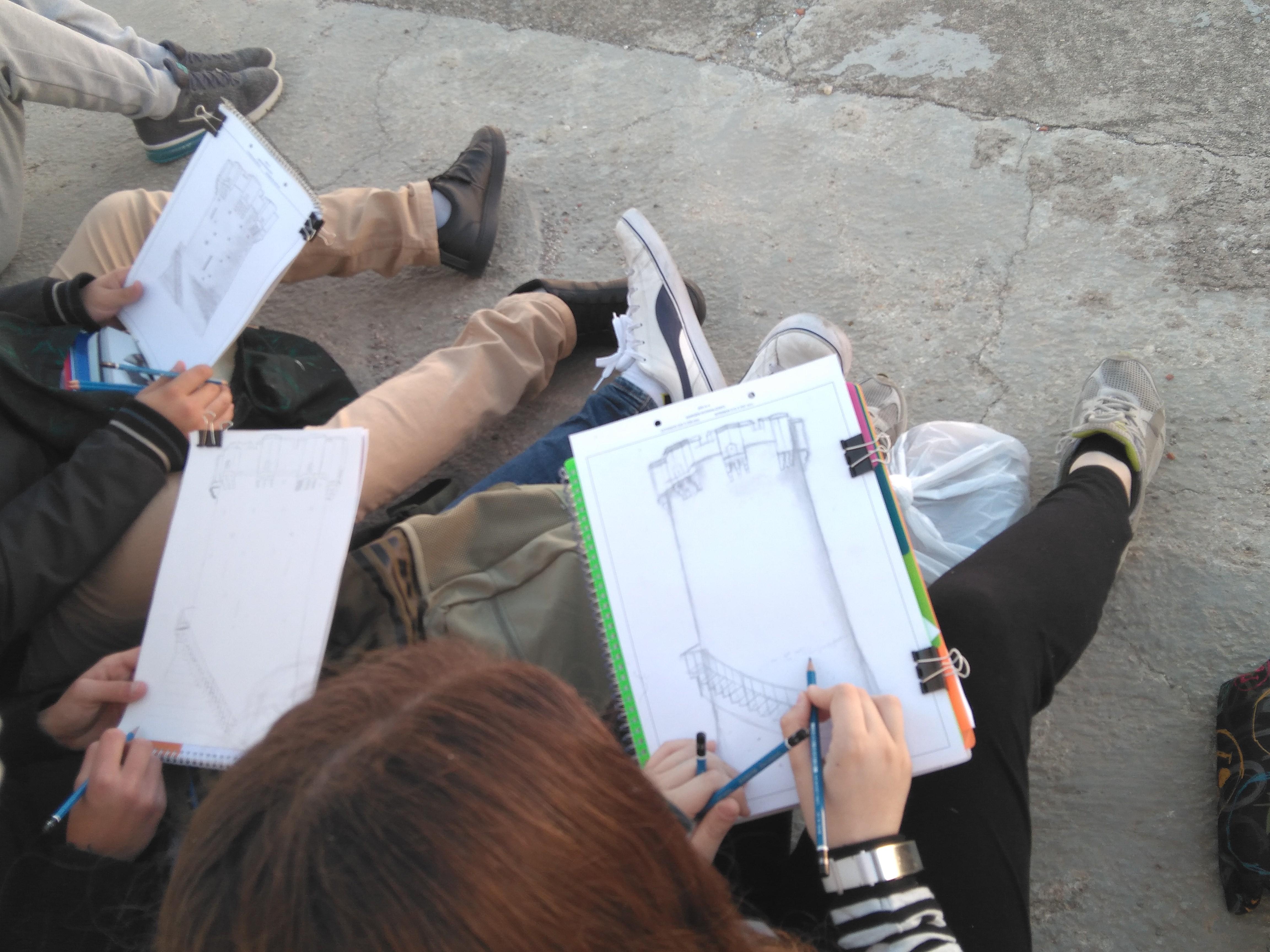 Alumnos de 4º de ESO de la optativa de plástica dibujan la Torre de Paterna