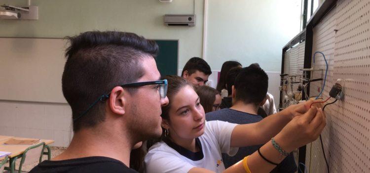 Alumnos de Biología de 3º de ESO realizan practicas en los talleres de Electromecánica de Vehículos
