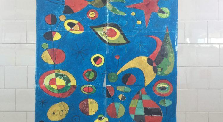 Alumnos de primaria realizan en equipos cooperativos su trabajo de plástica