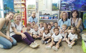 Alumnos de infantil visitan la tienda de animales de Baltasar
