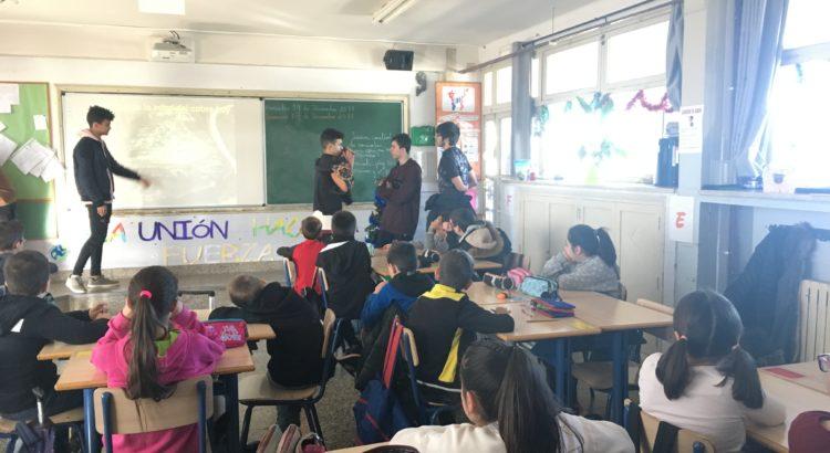 Alumnos de FP finalizan su explicación de la Prehistoria en  primaria