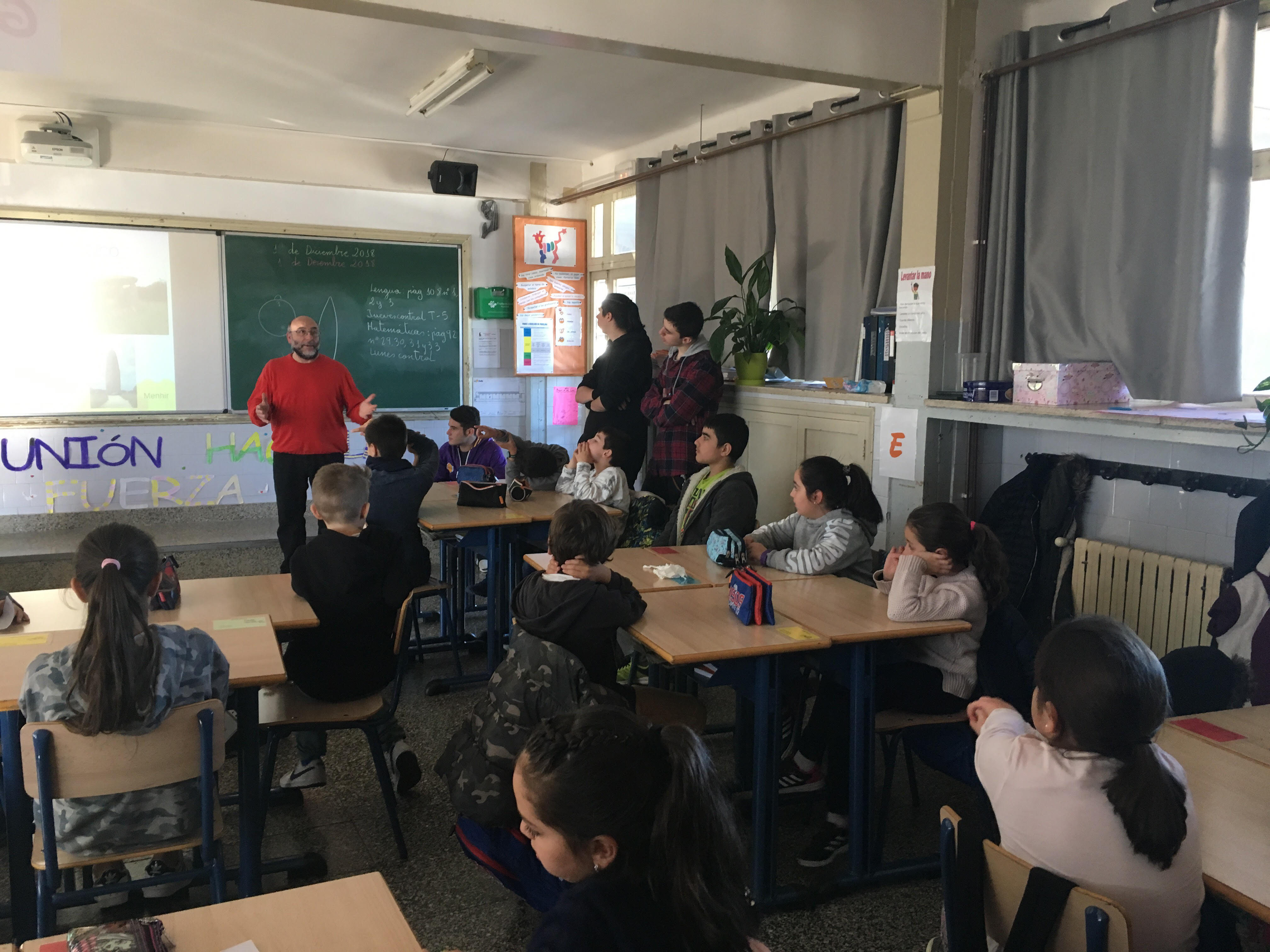 Alumnos de FP enseñan Prehistoria en Primaria