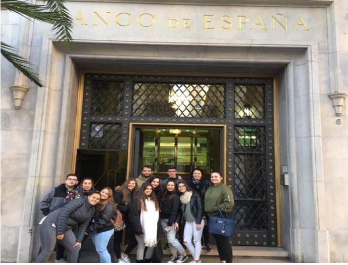 Alumnos de Gestión Administrativa visitan instituciones financieras en Valencia
