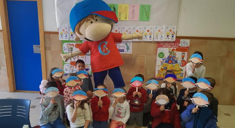 Vitamin visita a los alumnos en el comedor escolar