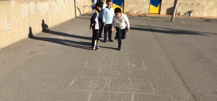 Los alumnos de 4º de primaria realizan una recopilación de juegos populares de Paterna