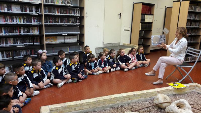 Los alumnos de 5 años en infantil visitan la Biblioteca de la Cova Gran