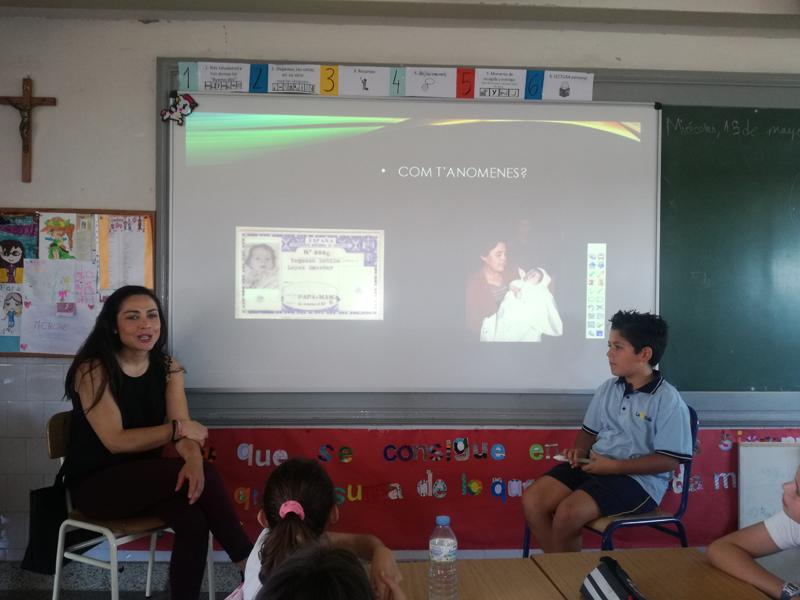 Els alumnes de cinquè de primària entrevisten als seus familiars en l'aula