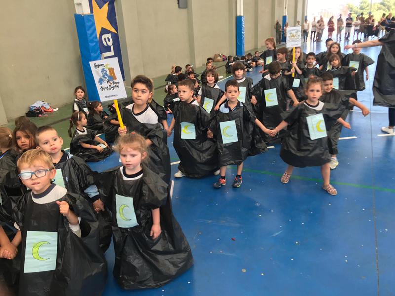 Infantil celebra un desfile de moros y cristianos en la Escuela