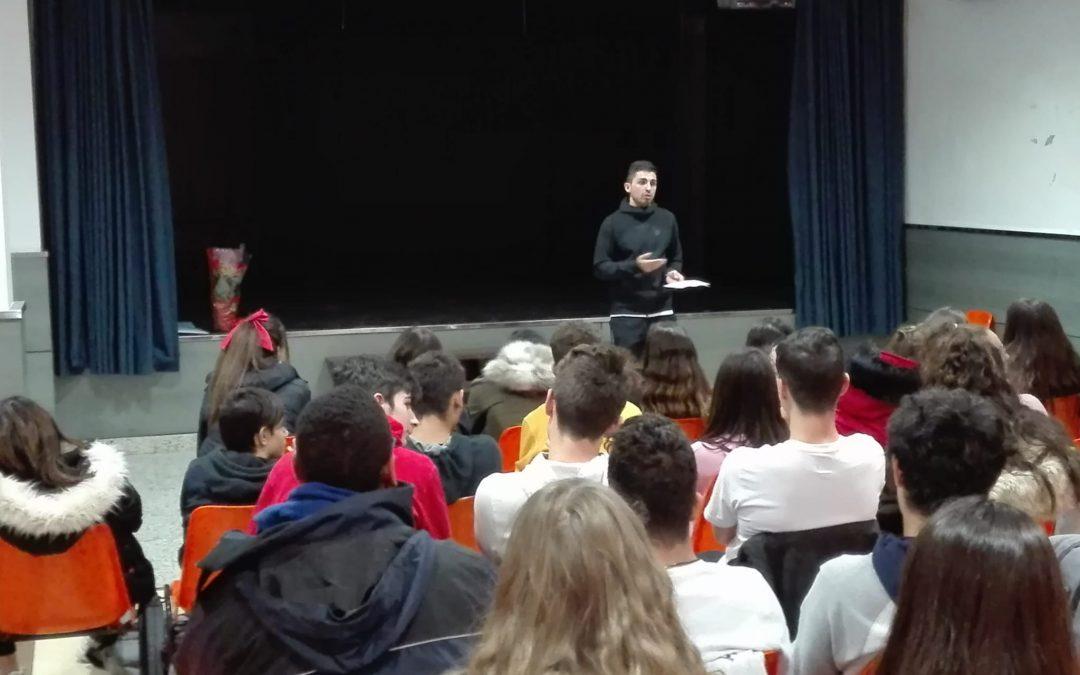 Los alumnos de 4º de ESO reciben a un profesor de Educación Física en su 2ª Asamblea Vocacional