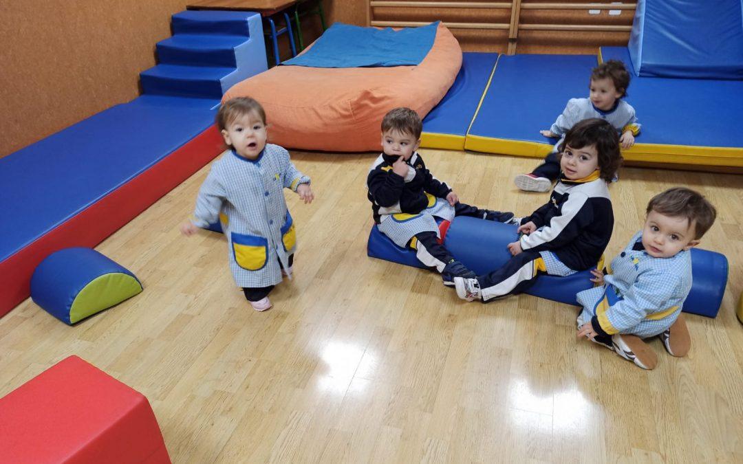 Los alumnos de primer ciclo de infantil realizan actividades en la sala de psicomotricidad