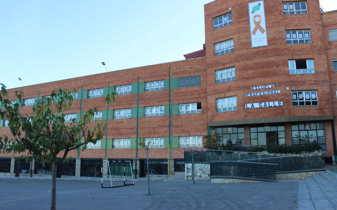 La Escuela Infantil Desamparados y la Escuela Profesional La Salle se llenan de lazos naranjas en defensa de la Educación Concertada