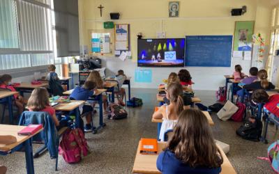 Los alumnos disfrutan del Acto de presentación del lema «Estás en casa» a través de Youtube